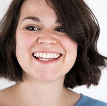 Frau mit strahlendem Lächeln