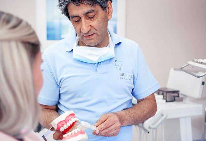 Im Beratungsgespräch zur Zahnpflege
